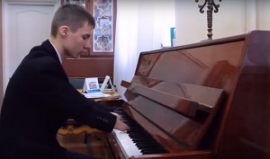 Teenager Without Fingers Stuns Everyone With His Piano Skills
