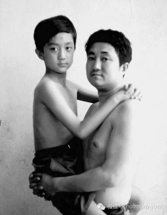 Tian Jun with his son in 1995